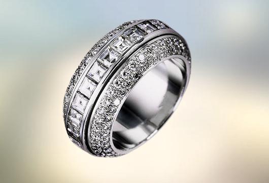 Є два їх варіанти  перстень з цирконієм і кільця з дорогоцінними камінцями 2c9ee37288617