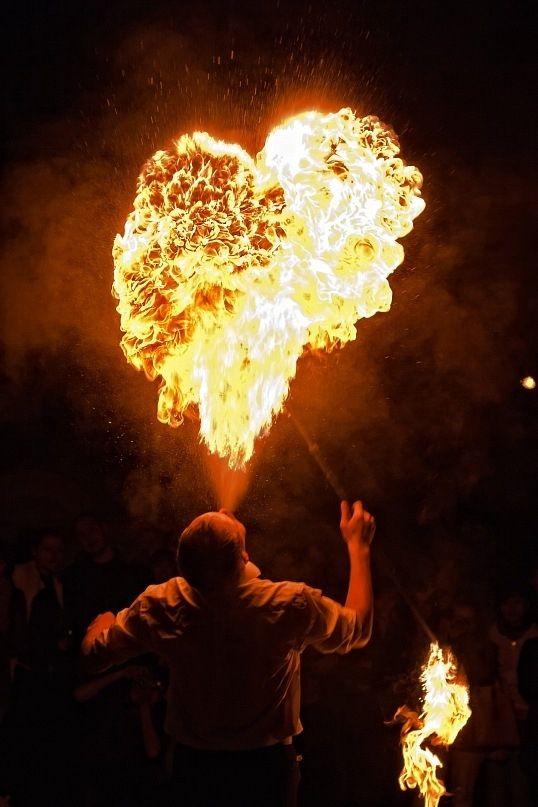 огнено шоу огнено сърце снимка