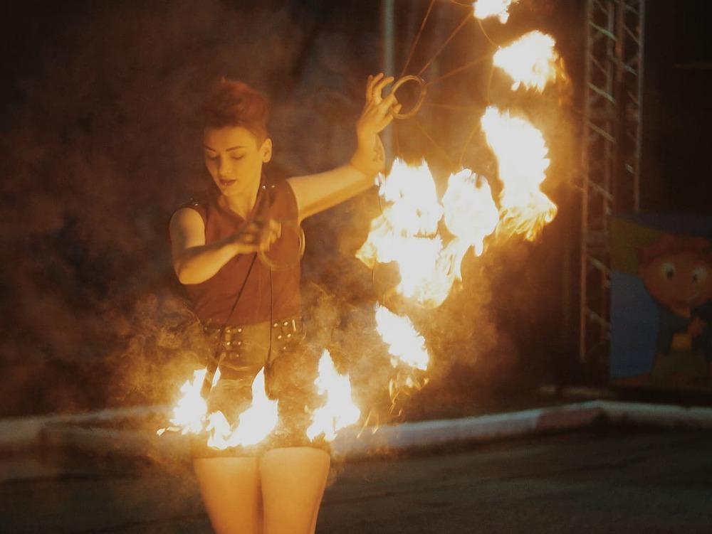 пожар огън шоу представяне снимка художник